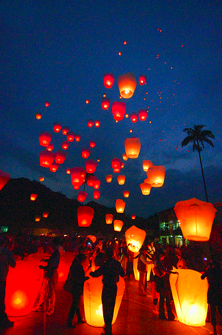 chinese sky lanterns have officially arrived in mexico courtesy of fresa weddings mexico this popular trend made famous by a blushing bachelorette on abcs
